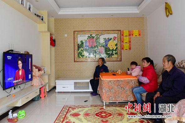 龙凤镇青堡村易迁户王祥富一家正在新家看电视 邹明镇供图