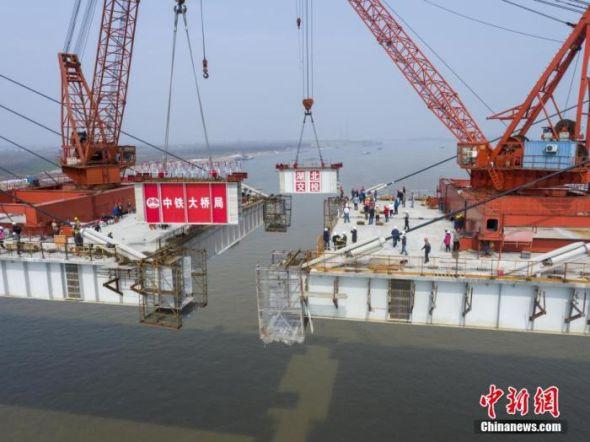 湖北赤壁长江公路大桥成功合龙,该桥系世界跨度最大的钢混结合梁斜拉桥。 李翔 摄