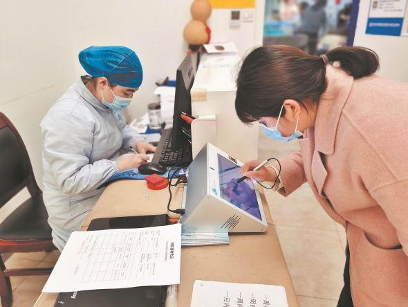 在东湖社区卫生服务站,接种市民确认接种信息