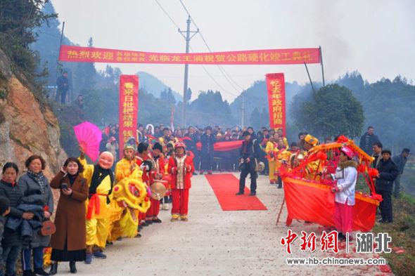 三岔镇茴坝村落龙公路硬化完工,当地村民载歌载舞庆通车