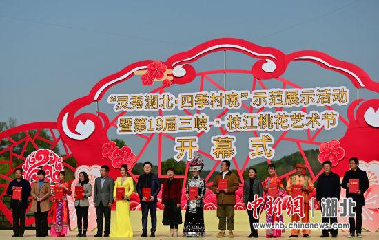 10名来自文艺、旅游、电商等领域的专业人士接受乡村文旅志愿者证书 田耀平、王康荣、刘康 摄