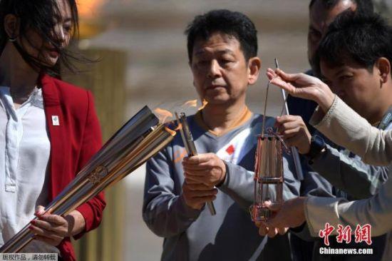 当地时间2020年3月19日,东京奥运会圣火交接仪式在雅典帕纳辛奈科体育场进行。图为东京奥组委代表井本直步子点燃火种。