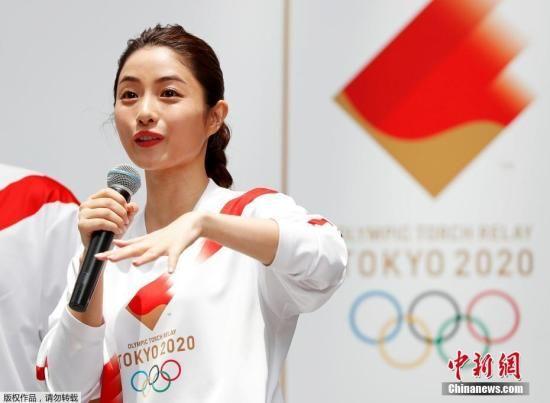 当地时间2019年6月1日,东京奥运会火炬手服装样式公布,担任接力官方大使的日本演员石原里美现场试穿并展示了火炬手的制服。