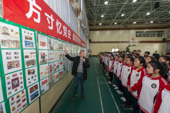 """湖北宜昌办""""红色邮票""""巡展 学生重温红色记忆 夏靓 摄"""