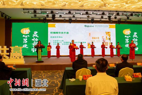 屈姑国际农业集团代表向与会嘉宾做秭归脐橙进易捷的合作及产品展示 雷勇 摄