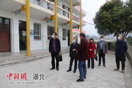 田大甲走访全国人大代表刘发英并调研长阳基础教育工作