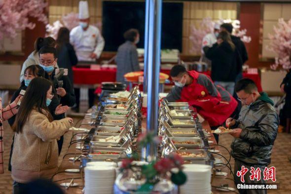 武汉两江游船恢复餐饮航班 中新社记者 张畅 摄