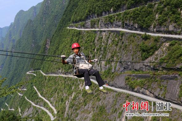 新塘乡工人在进行网络线路检修