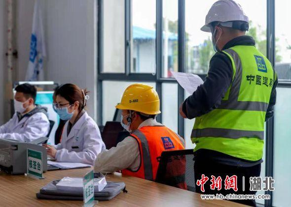 武汉建设工人接种新冠疫苗2 张畅 摄