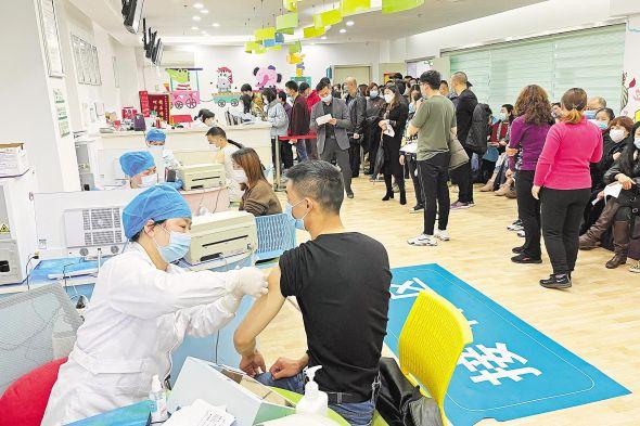 3月16日,武汉市武昌区徐家棚街社区卫生服务中心,市民踊跃接种新冠疫苗。 (湖北日报全媒记者 李溪 摄)