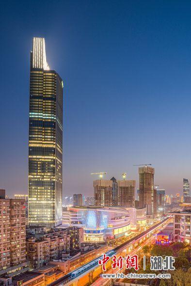 疫后重振的武汉活力四射,夜晚灯火璀璨。图为武汉地铁1号线列车穿过繁华的市区 陈汉涛 摄