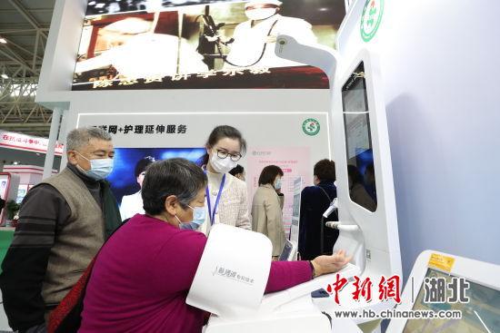 市民在社区智能健康小屋体验自主健康体征监测服务 马遥遥 摄