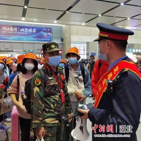 宜昌东站组织专人服务引导研学团体旅客。裴蕾 摄