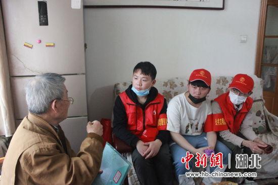 方宝康为志愿者讲述自己的故事