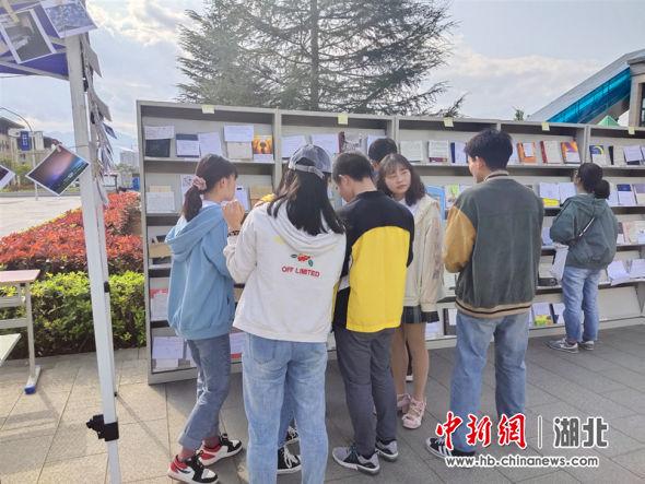 同学们参加图书漂流活动 万鹏供图