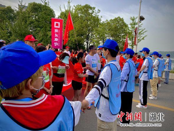 [中新网]武昌首义学院志愿者为长江半程马拉松保驾护航