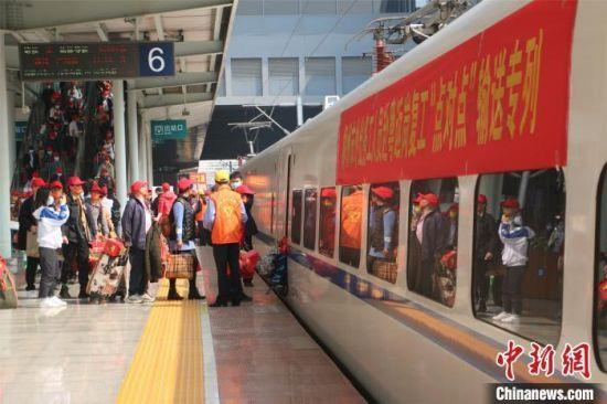 材料图:外出务工职员乘坐火车。林馨 摄