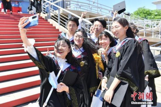2021的青年节,北京大学在邱德拔体育馆为2020届毕业生补办学位授与典礼。中新社记者 田雨昊 摄