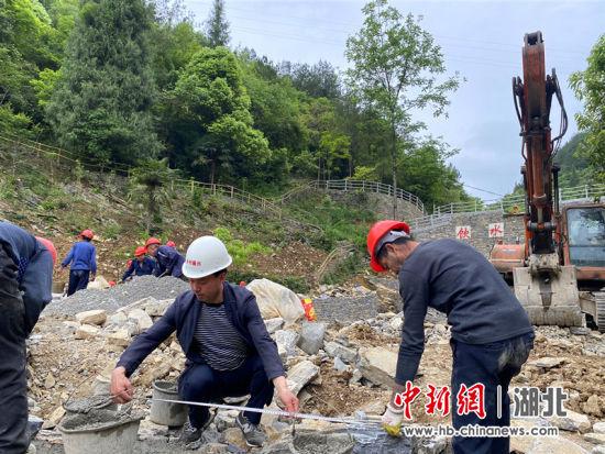 刘鹏(中)组织村民们正在修建游步道 田仁超供图