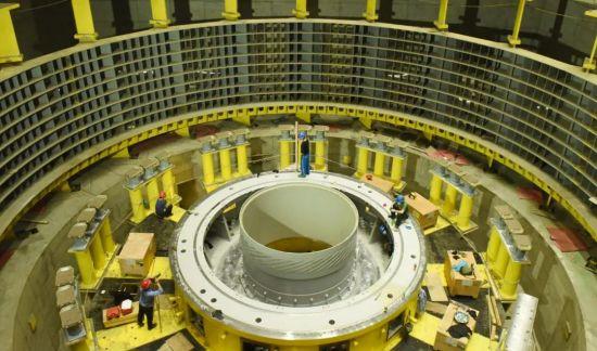 白鹤滩水电站右岸地下厂房机组安装现场。摄影/本刊记者 霍思伊