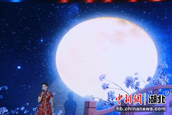 歌曲《问明月》 张玉柱 摄