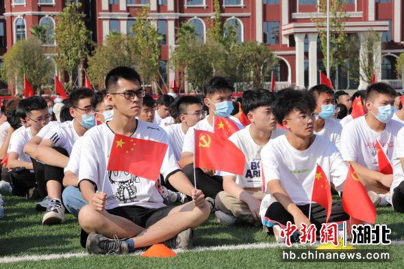 3500余名新生开学典礼上齐唱《我和我的祖国》