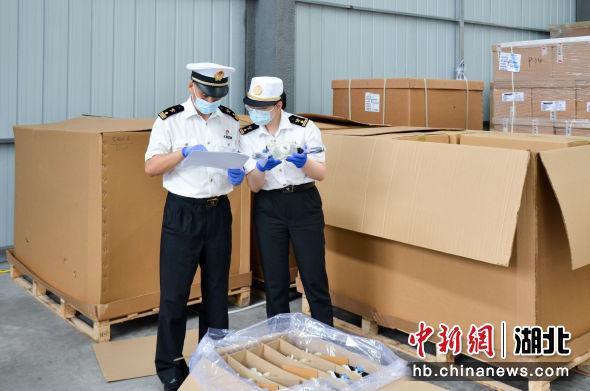 武汉海关关员对新能源汽车进口零部件进行查验 武汉海关供图