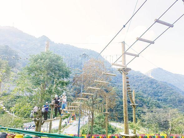 龟峰山景区内,游客体验探险项目。