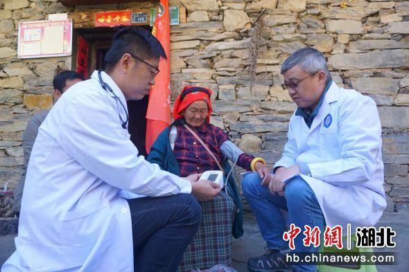 为村民开展健康检查