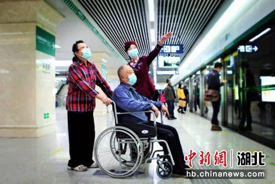 地铁香港路站工作人员向老人介绍线路换乘线路