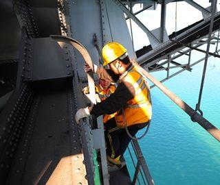"""铁路桥上的""""蜘蛛侠"""":每天与危险为伴"""