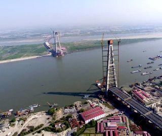 武汉青山长江大桥南岸主塔封顶