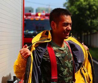 高温下的消防官兵穿比棉袄厚的战斗服训练