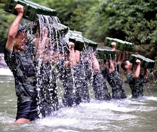 直击湖北武警特战队员极限训练