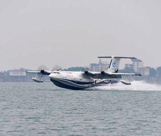 中国首款大型水陆两栖飞机成功实现水上首飞