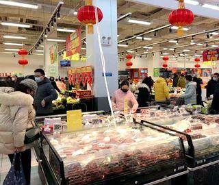 武汉超市正常营业 市民购买生活用品
