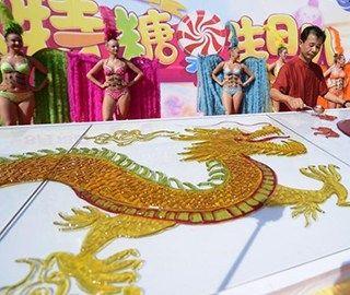 非遗传承人耗时两日绘制8米巨型糖画