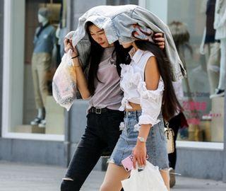 武汉天气晴热 市民着夏装出行