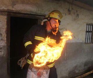 消防战士徒手抱着火煤气罐冲出房屋