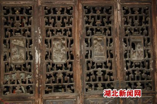 俞开宪家墙壁上的雕花屏风