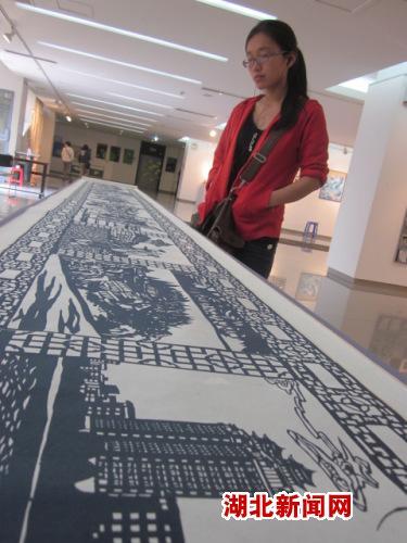 南民大学生巨幅剪纸作品献礼校庆
