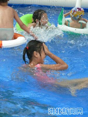 瞄准了儿童市场的空白推出了充气游泳池