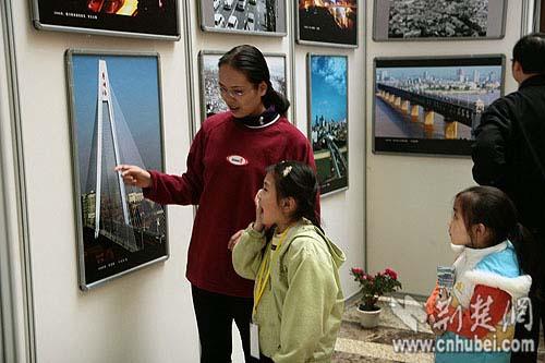 在向小朋友介绍改革开放30年来武汉发生的巨大变化-改革开放三十