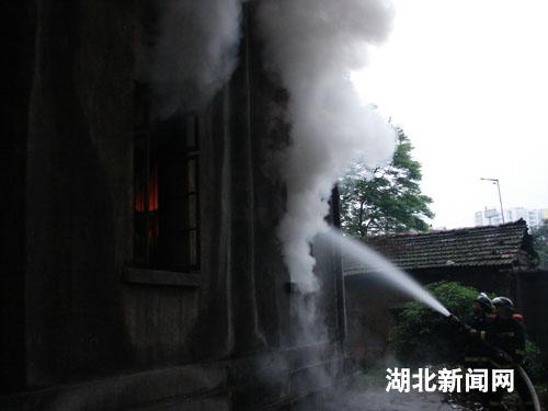 图:恩施一居民楼电路老化引发火灾
