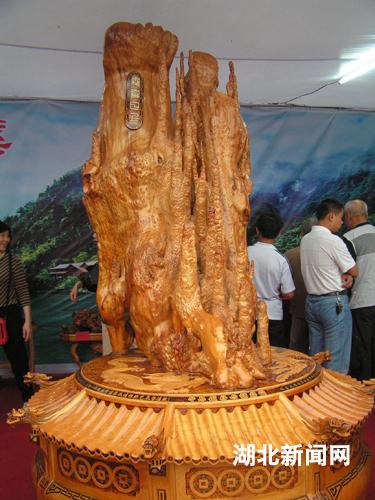 一件由千年银杏树根制作而成的根雕艺术品惊艳亮相