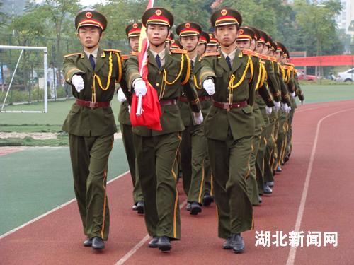 图文 三峡大学万名师生升国旗图片