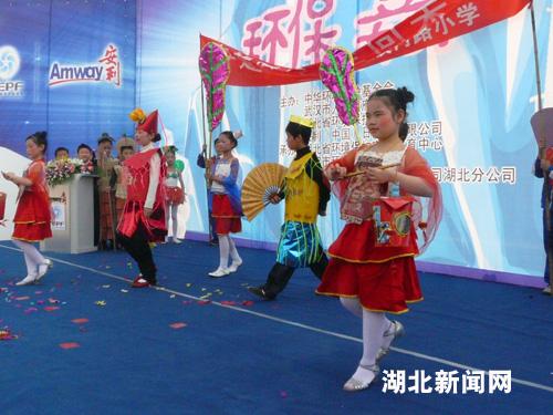 图:武汉小学生环保嘉年华上时装秀