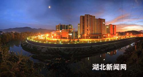 清江半岛夜景; 湖北新闻网 打造独具特色的旅游名城——访利川市委
