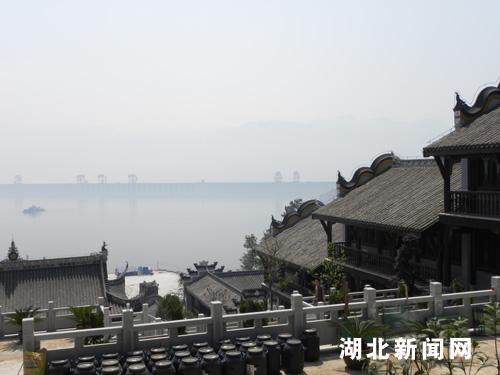 全国最大文物复建保护地——凤凰山风景区   位于秭归县城,与三峡