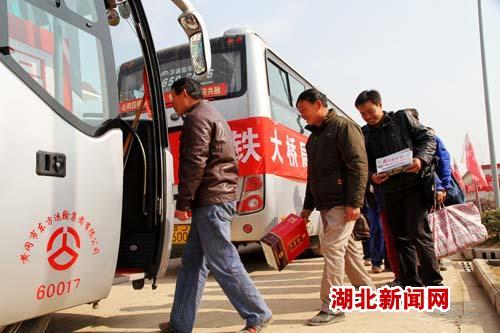 图:包车送农民工回家过年